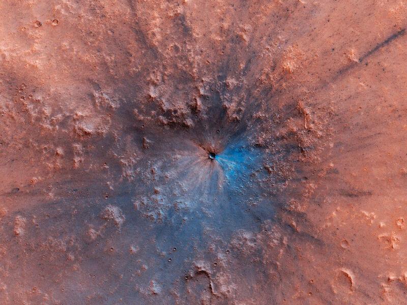 Nowy krater na Marsie, który powstał między wrześniem 2016 roku a lutym 2019 r. (NASA/University of Arizona)