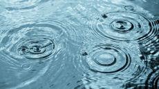 Krople deszczu na taflach jezior i morza
