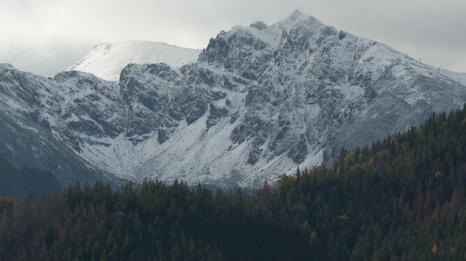 """Oblodzone szlaki i zaśnieżone szczyty. <br />""""Warunki trudniejsze niż w zimie"""""""