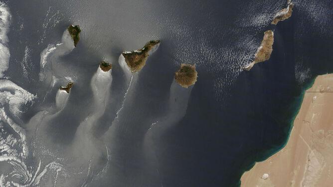 Srebrno-mleczny ocean i powulkaniczne stożki. Wyspy Kanaryjskie w obiektywie NASA