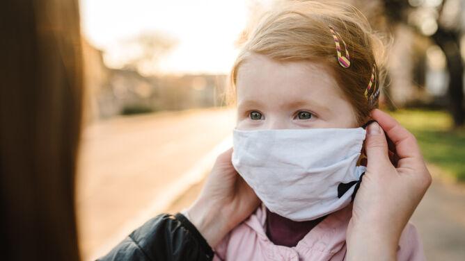 COVID-19 u dzieci. Chorują rzadziej, ale nie jest jasne, z jakimi konsekwencjami